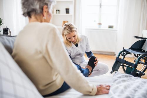 Pflegerollstuhl – Garant für optimale Pflege